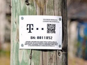 """Telekom lipeşte"""" pe stâlpi etichete cu coduri QR"""