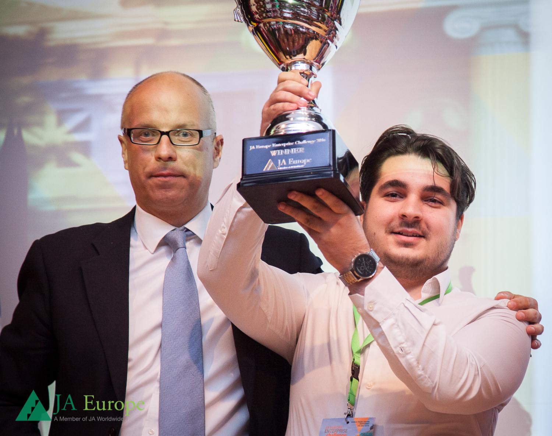 România câștigă competiția JA Europe  Enterprise Challenge 2016 cu priza inteligentă ce reduce consumul de energie  electrică