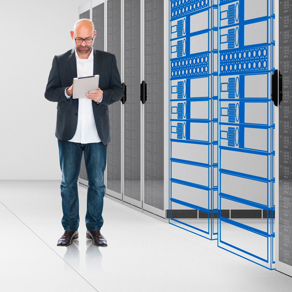 EPE007286 - Man in data centre