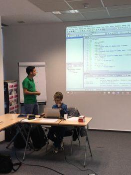 Copii invata programare si robotica in cadrul atelierelor CoderDojo București Nord