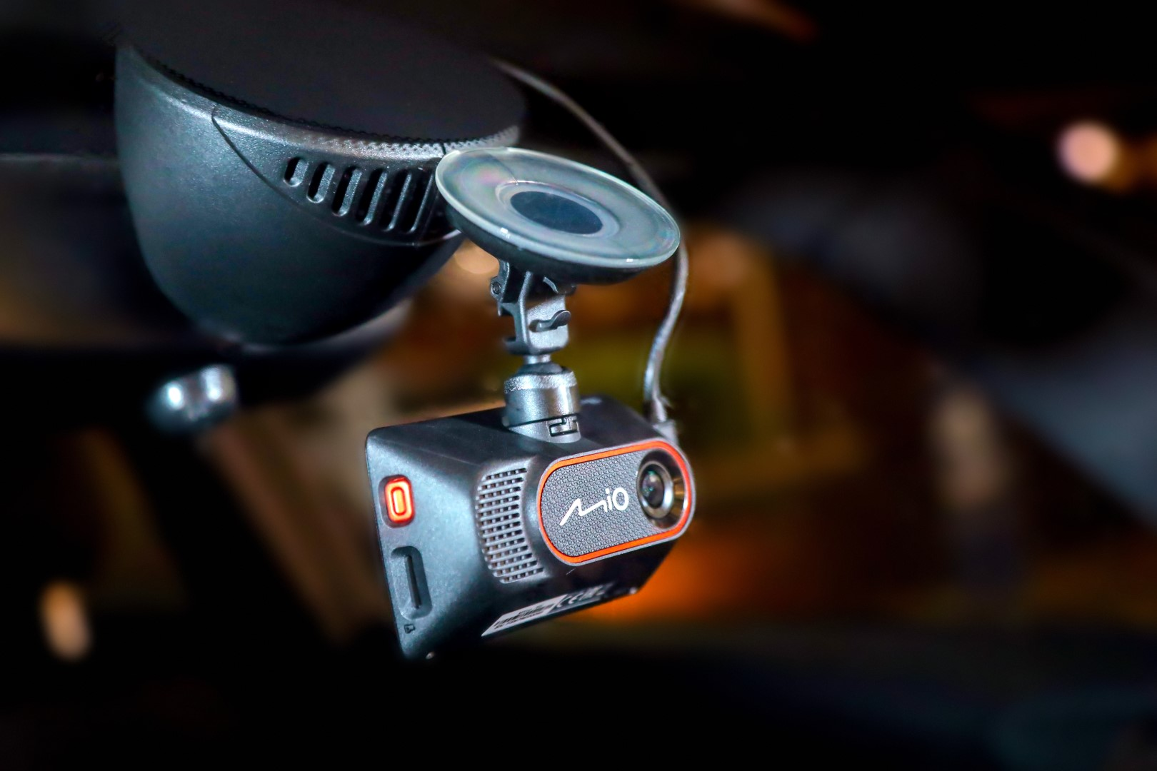 Cameră video auto capabilă să transmită live pe Facebook