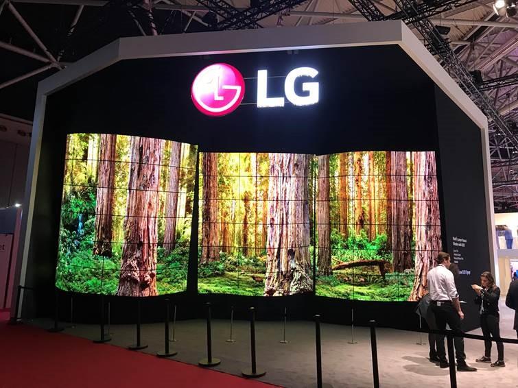 LG lansează ecrane OLED transparente pentru controlorii de trafic aerian