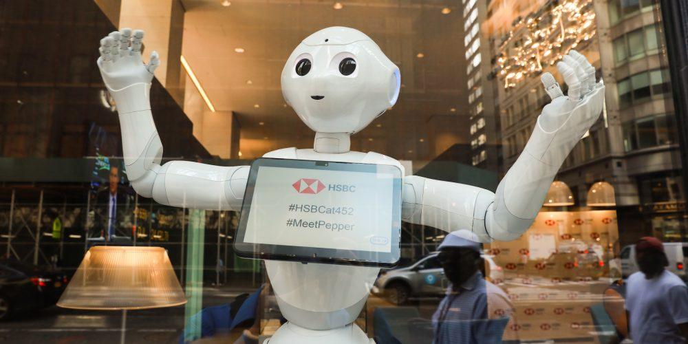 Primul robot umanoid devine operaţional în universul bancar