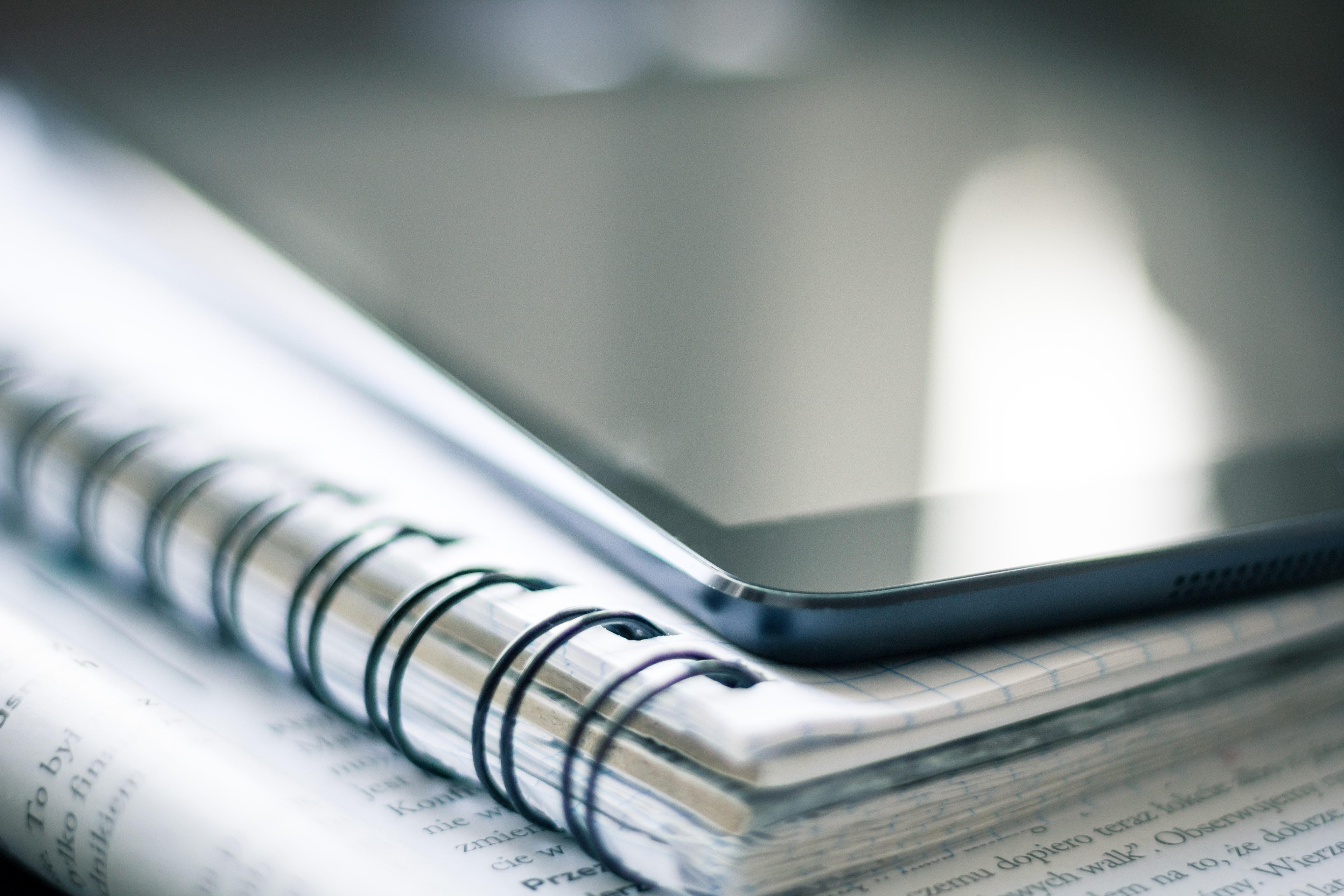 Telekom Romania donează tablete, conectivitate mobilă și acces la platforma de management educațional Adservio, către 100 de școli din România