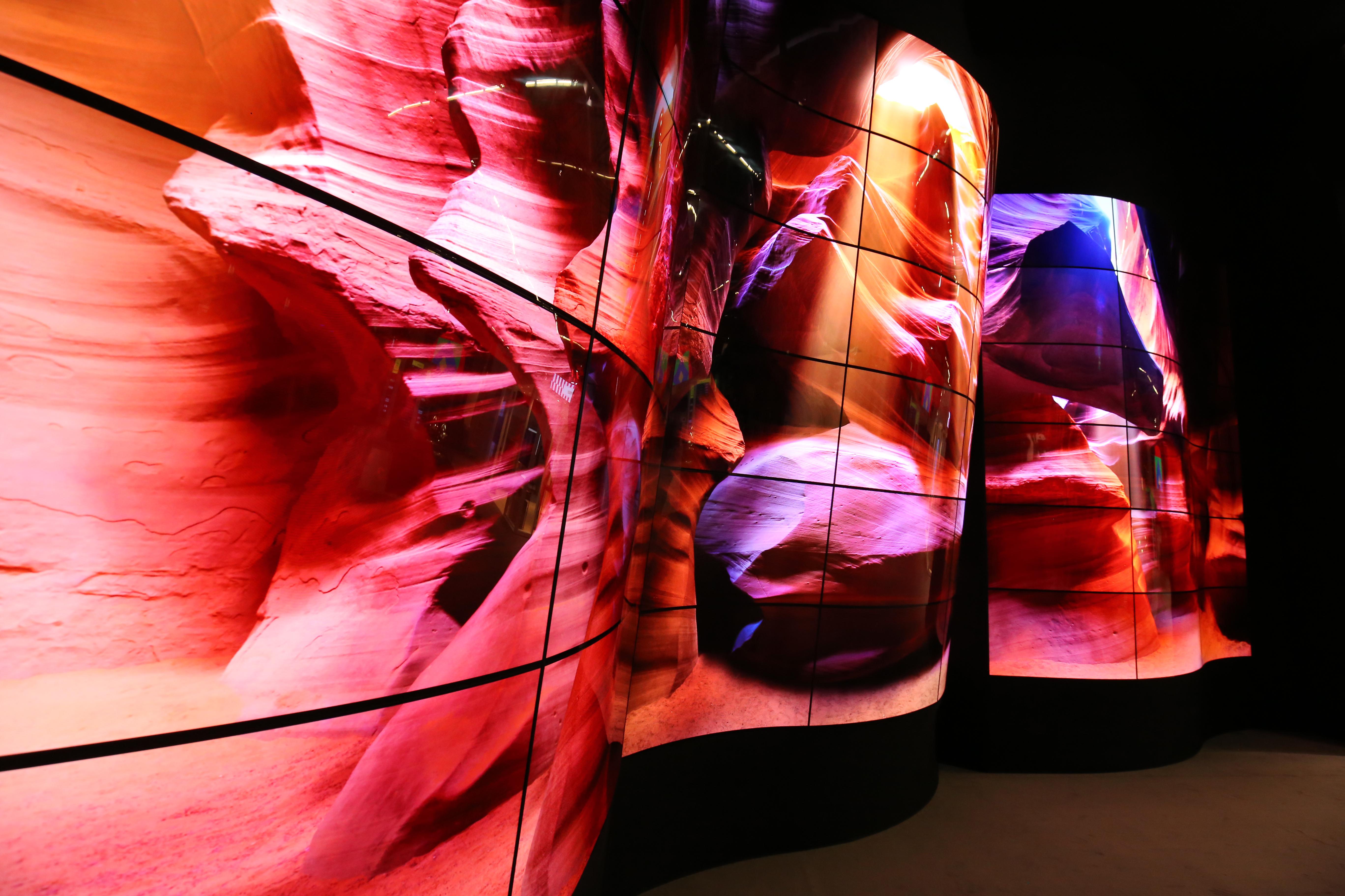 LG prezintă ecranele curbate Open Frame pentru companii