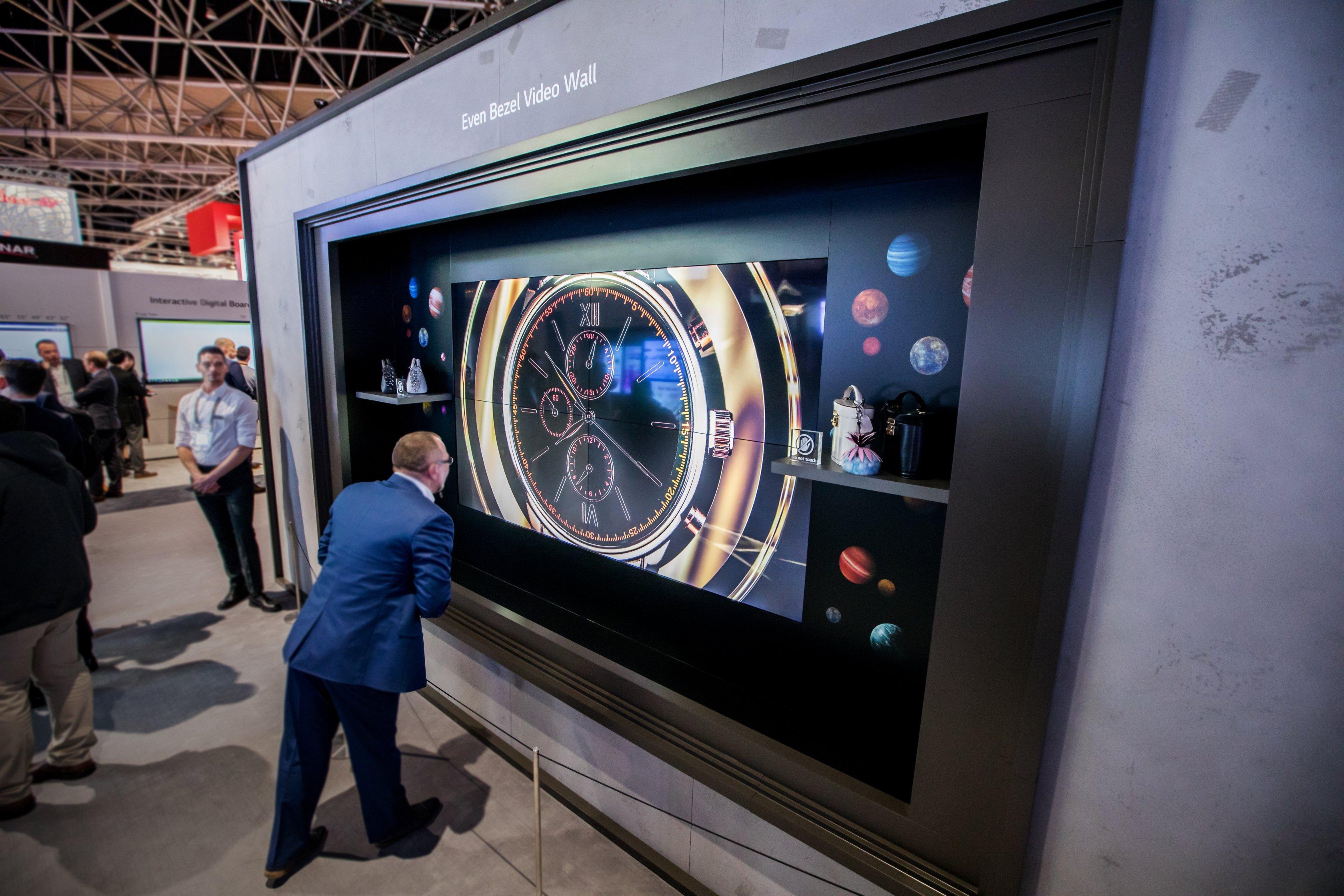 Noile video wall-uri LG combină cele mai bune caracteristici OLED cu îmbinări mai subțiri decât un card de credit