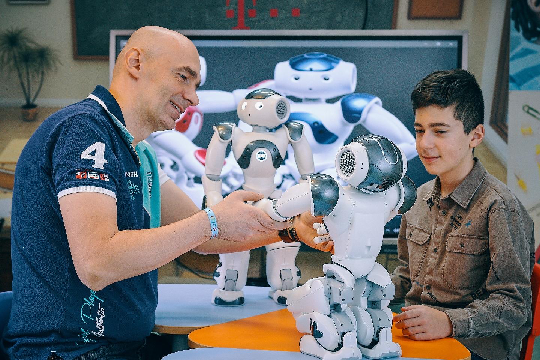 Robotul NAO, terapeut pentru copiii cu autism