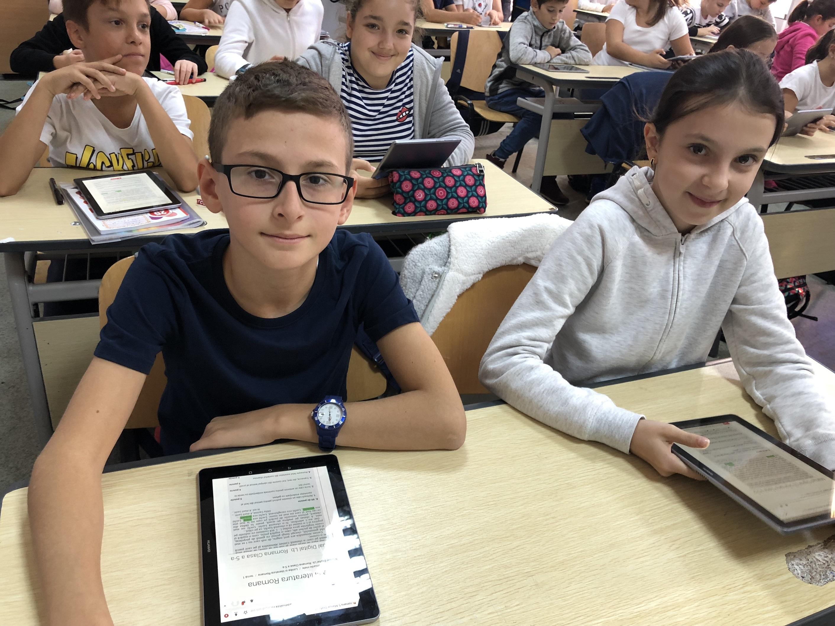 """""""Școala din valiza"""" furnizează o platformă educațională digitală pentru școlile din mediul rural"""