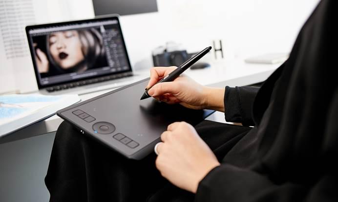 Noul Wacom Intuos Pro Small oferă tehnologia unui stilou profesional, într-un format compact