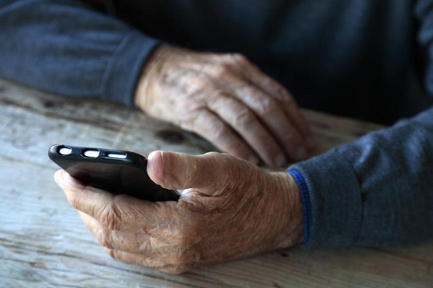 Vârstnicii vorbesc mai mult cu chat-urile AI atunci când conversația este mai profundă
