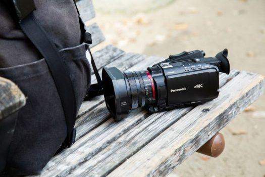 Două camere video portabile profesionale 4K