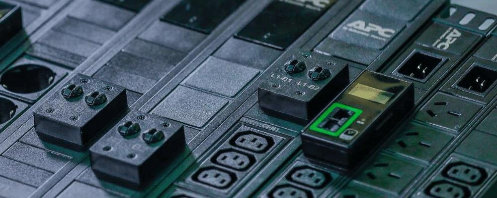 Noua gamă APC Easy Rack PDU, cu caracteristici de monitorizare în timp real și dimensiuni foarte mici
