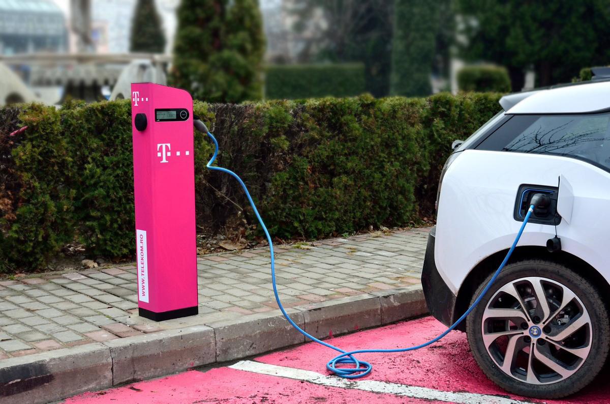 Telekom Romania continuă să instaleze staţii de încărcare a maşinilor electrice
