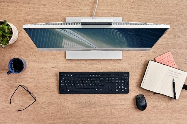 Proiectat pentru a facilita colaborarea și conexiunile cu ceilalți, noul HP EliteOne 800 G8 All-in-One susține productivitatea de acasă sau de la birou HP Inc. a lansat EliteOne 800 G8 All-in-One (AiO) pentru o experiență captivantă de colaborare și conexiuni fără sincope în medii de lucru hibride. Compania a anunțat, de asemenea, HP ZBook Studio G8, ZBook Fury G8 și ZBook Power G8, proiectate pentru profesioniștii din domeniul creativ și utilizatorii care au nevoie de performanță, fiabilitate și versatilitate pentru a-și finaliza proiectele oriunde s-ar afla. Într-o perioadă în care 32% dintre angajați vor lucra de acasă și în viitorul apropiat, iar 26% își vor împărți timpul între birou și munca la distanță , tehnologia care reduce distanța dintre colegi este extrem de importantă.