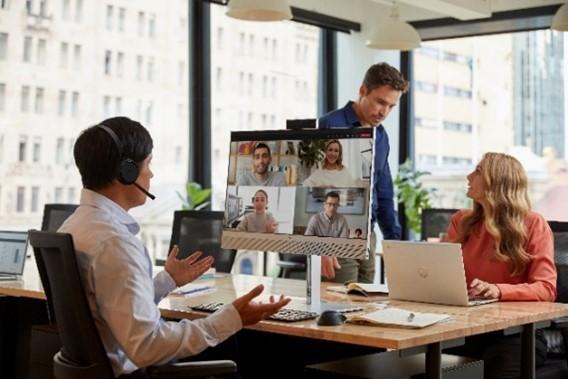 HP EliteOne 800 G8 All-in-One este primul AiO comercial din lume cu sistem AI de reducere a zgomotului de fundal și primul care detectează prezența utilizatorului , protejând astfel informațiile.